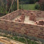 Construction d'un mur en brique pour un garage